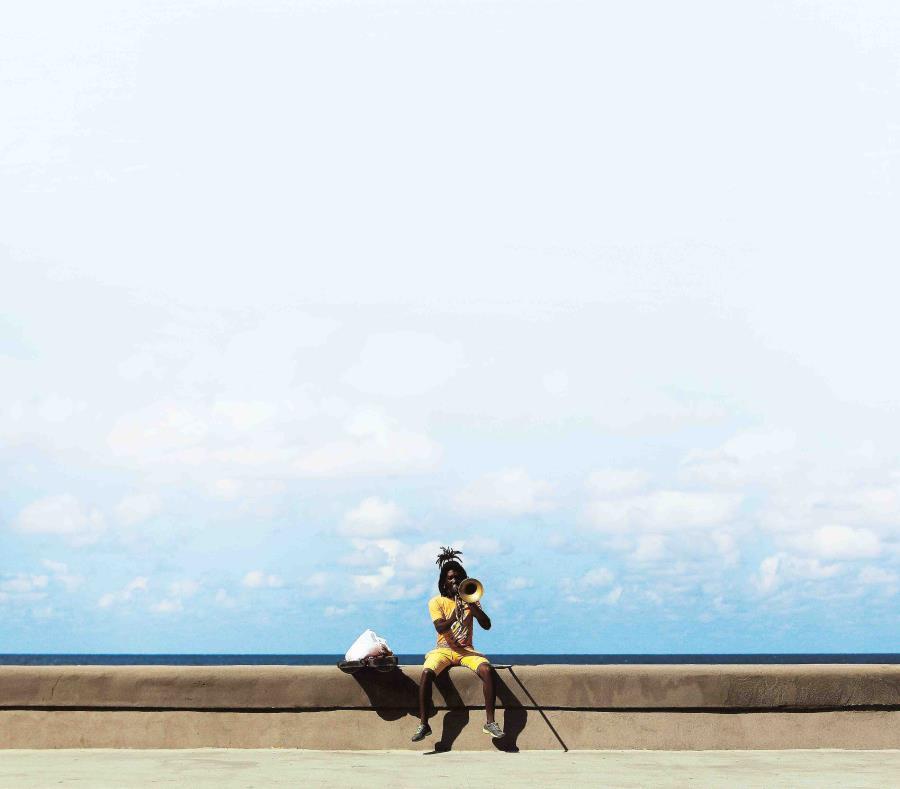 Un músico ensaya en el Malecón en  2014, en La Habana, Cuba. (EFE) (semisquare-x3)