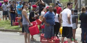 Largas filas para conseguir gasolina