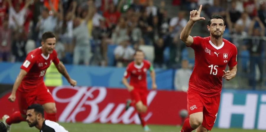 Blerim Dzemaili (derecha) celebra su gol contra Costa Rica. (AP) (horizontal-x3)