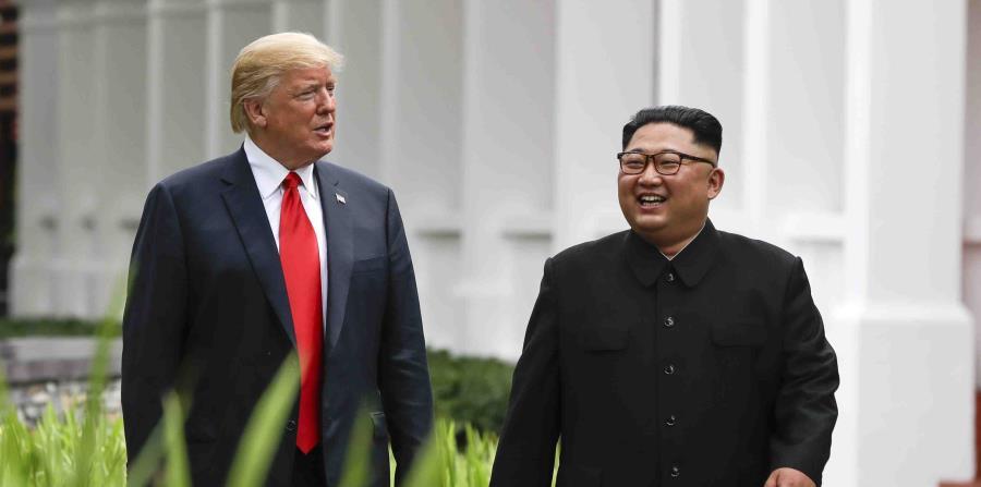 El presidente de Estados Unidos, Donald Trump, y el líder de Corea del Norte, Kim Jong Un, caminan por el balneario Capella, en la isla de Sentosa, tras una comida de trabajo, el 12 de junio de 2018 en Singapore. (AP (horizontal-x3)