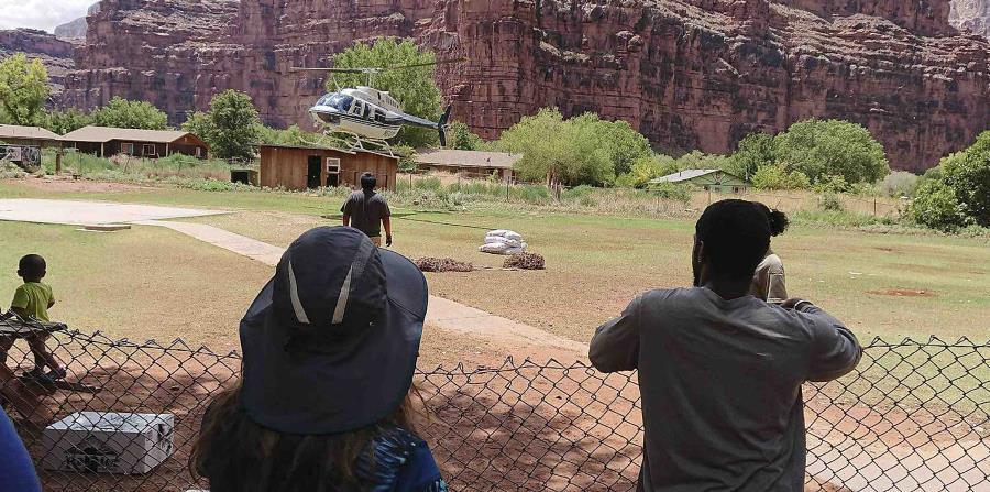Los turistas fueron sacados del área en helicóptero. (AP) (horizontal-x3)