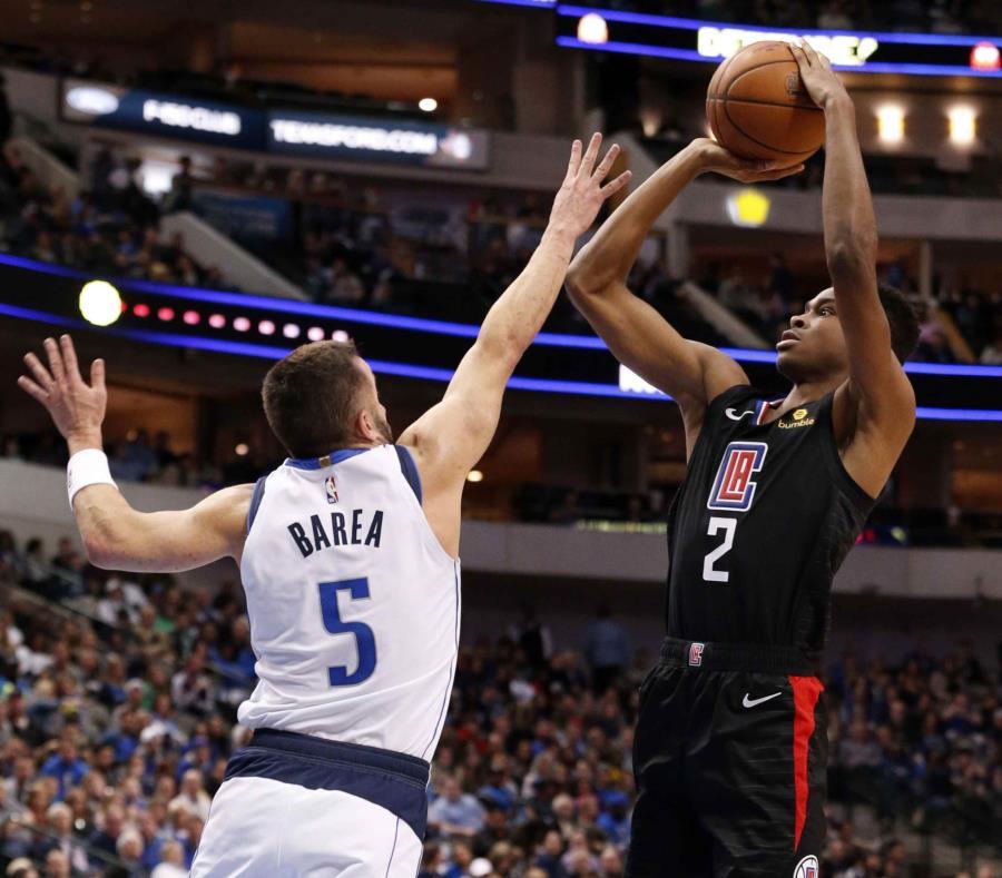 José Juan Barea intenta defender un tiro brincado de Shai Gilgeous-Alexander, de los Clippers de Los Ángeles. (AP / Michael Ainsworth) (semisquare-x3)