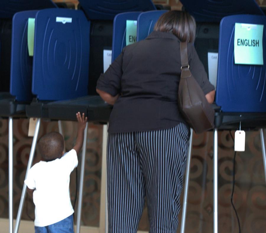Una mujer votando en  Fort Lauderdale en las elecciones del 2004. (GFR Media) (semisquare-x3)