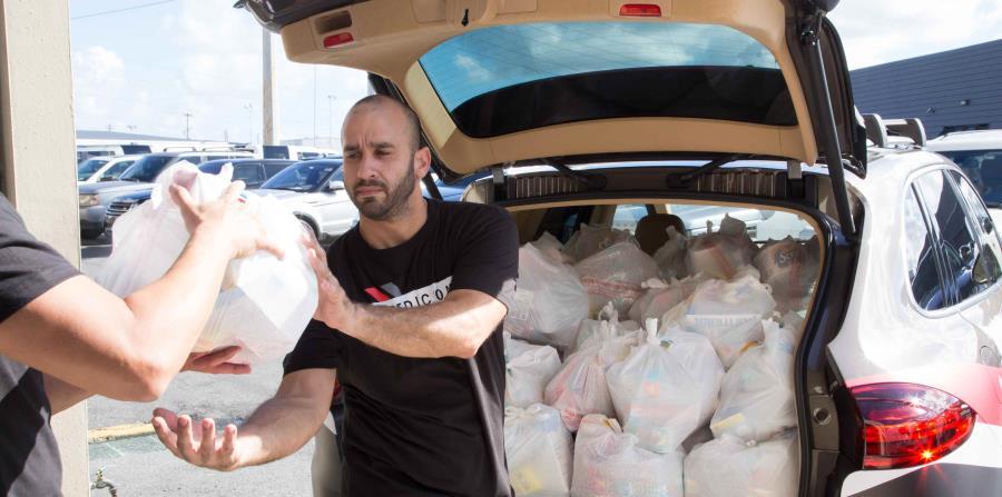 Expedición Porsche: Misión Puerto Rico preparó dos de sus vehículos Cayenne especialmente para cumplir con el objetivo de transportar más de 500 bolsas llenas de recursos esenciales como agua embotellada, arroz, comida enlatada y baterías, entre otros. (horizontal-x3)
