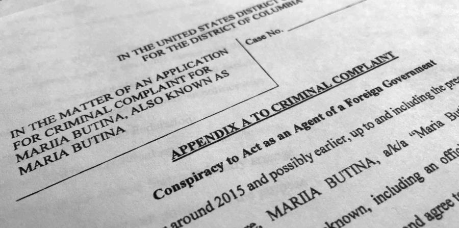 Documentos judiciales hechos públicos el 16 de julio de 2018, fotografiados en Washington, muestran parte de la denuncia contra Maria Butina, quien fue arrestada el 15 de julio acusada de conspiración para actuar como una agente no registrada del gobierno (horizontal-x3)