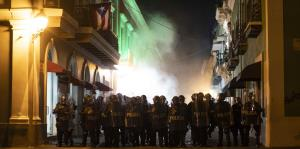 Lanzan gases lacrimógenos a manifestantes frente a La Fortaleza