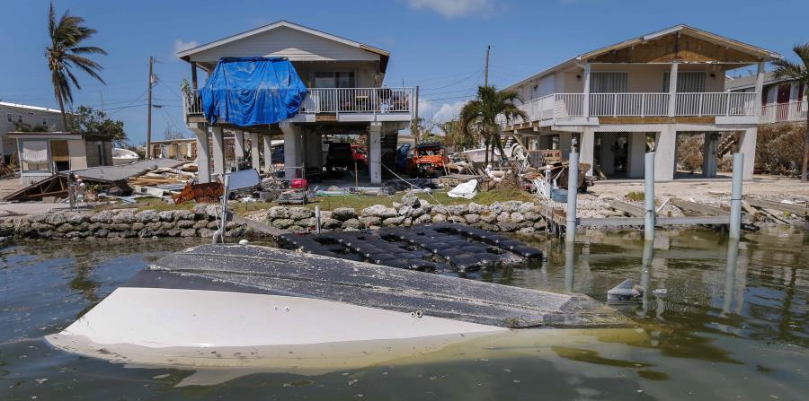 Un bote destruí do y parcialmente hundido en Marathon, en los Cayos. (horizontal-x3)