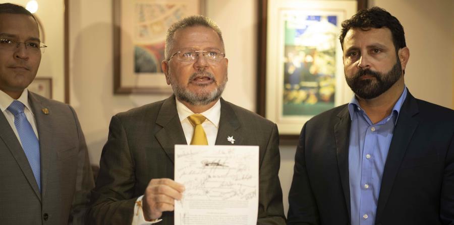 """José """"Quiquito"""" Meléndez Ortiz, José Aponte Hernández y José """"Che"""" Pérez radicaron la medida. (horizontal-x3)"""