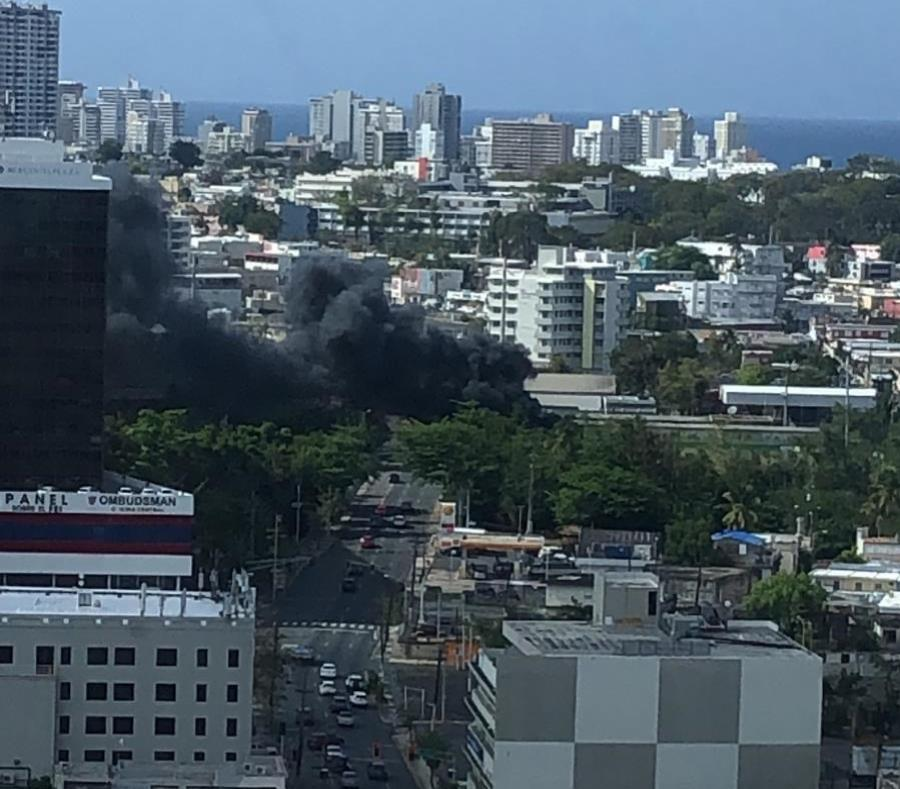 El incendió se reportó en un parque de pelota frente a la estación de Sagrado Corazón del Tren Urbano. (Suministrada) (semisquare-x3)