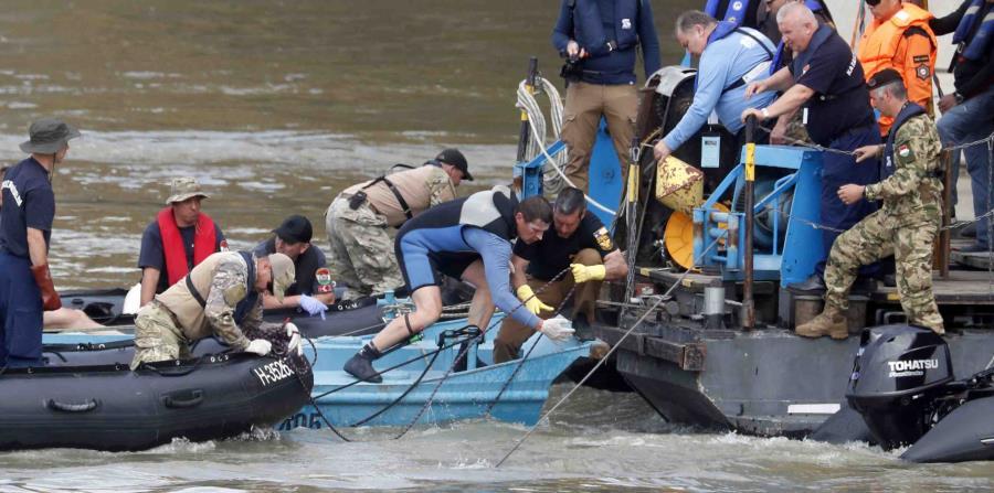 Socorristas trabajan en el río Danubio, donde un bote turístico se hundió tras chocar con un barco crucero. (AP / Laszlo Balogh) (horizontal-x3)