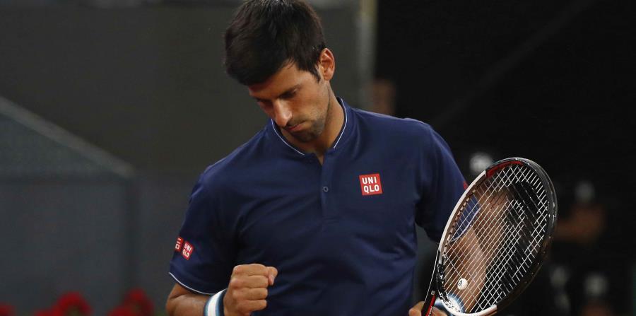 Djokovic estuvo en total control al servicio y le rompió el saque a López una vez en cada set para asegurarse la victoria a techo cerrado en la cancha central en la capital española. (horizontal-x3)