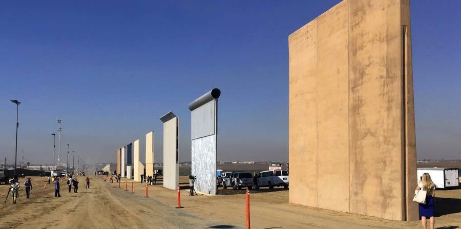 Foto de octubre de 2017 que presenta prototipos para el muro fronterizo. (AP) (horizontal-x3)