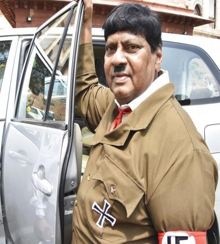 Un legislador en la India se disfraza de Hitler para protestar (semisquare-x3)