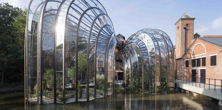 La destilería Bombay Sapphire, en Laverstoke Mill, recibe más de 100,000 visitantes al año. (AP Photo)