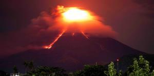 Lava incandescente desciende del volcán Mayón en Filipinas