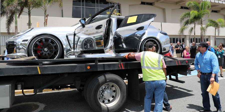 Funcionarios de Hacienda evalúan el Porsche Panamera embargado el pasado 11 de abril. (horizontal-x3)