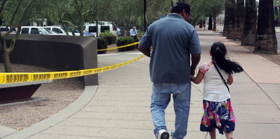 Un hombre camina junto a su hija tras salir de una cita en la Oficina de Control de Inmigración y Aduanas (ICE, en inglés) el pasado 10 de julio de 2018. (horizontal-x3)