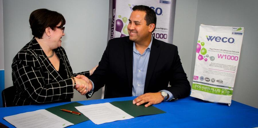 Desde la izquierda: Mary Ann Gabino, vicepresidenta de FCPR, y Jorge Muñoz, gerente general de Weco, firman el acuerdo para crear el Fondo Comunitario Weco. (horizontal-x3)