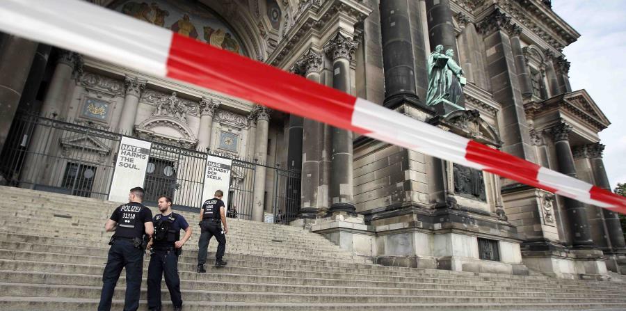 Un fuerte contingente policial patrulla por las inmediaciones del templo, informó una portavoz de la Policía alemana. (AP / Michael Sohn) (horizontal-x3)