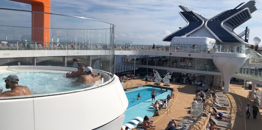 Inmensas copas de martini   parecen los jacuzzi que se elevan sobre el nivel de la piscina central. (Gregorio Mayí / Especial para GFR Media)