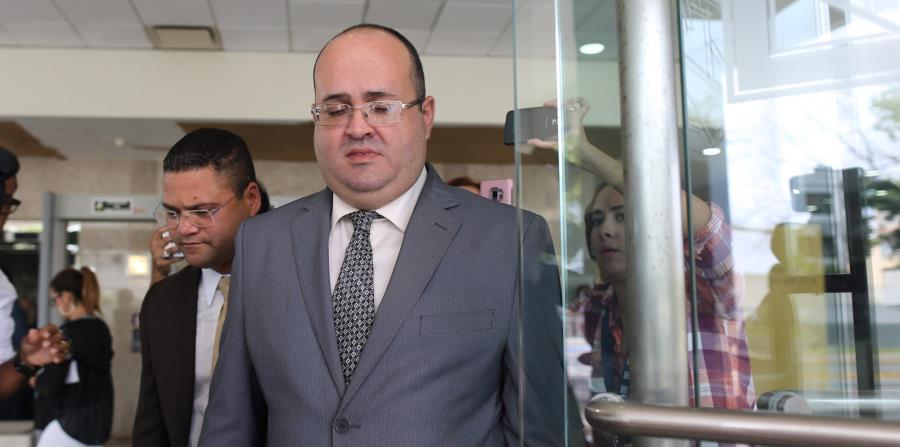 El ex juez, Rafael Ramos Sáenz sale de la Comisión Estatal de Elecciones luego de su cita sobre la investigación del chat. (horizontal-x3)