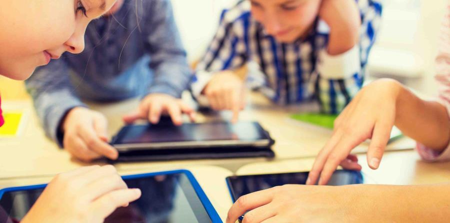 Niños jugando con tabletas electrónicas. (horizontal-x3)