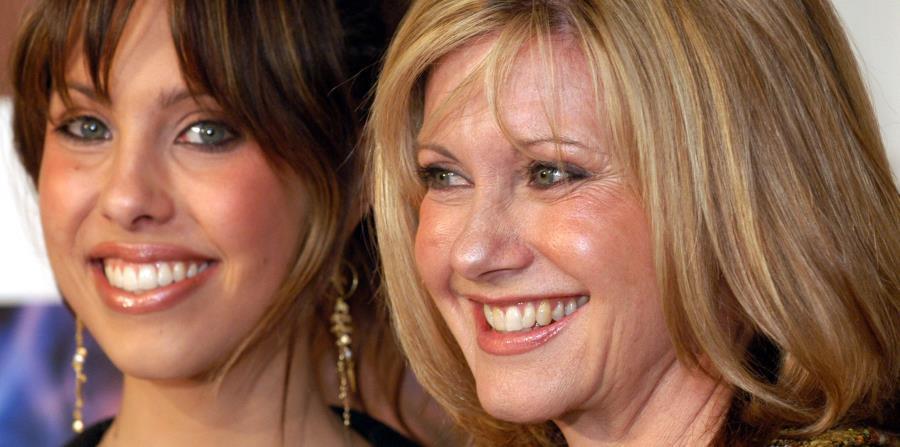 Olivia Newton-John (izq.), junto a su hija Chloe Rose, venció el cáncer en dos ocasiones distintas. (AP / Koji Sasahara) (horizontal-x3)