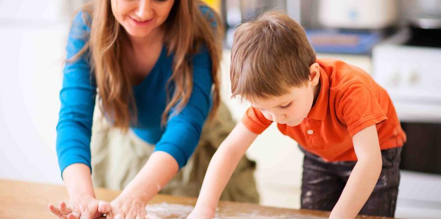 Madre e hijo cocinando (horizontal-x3)