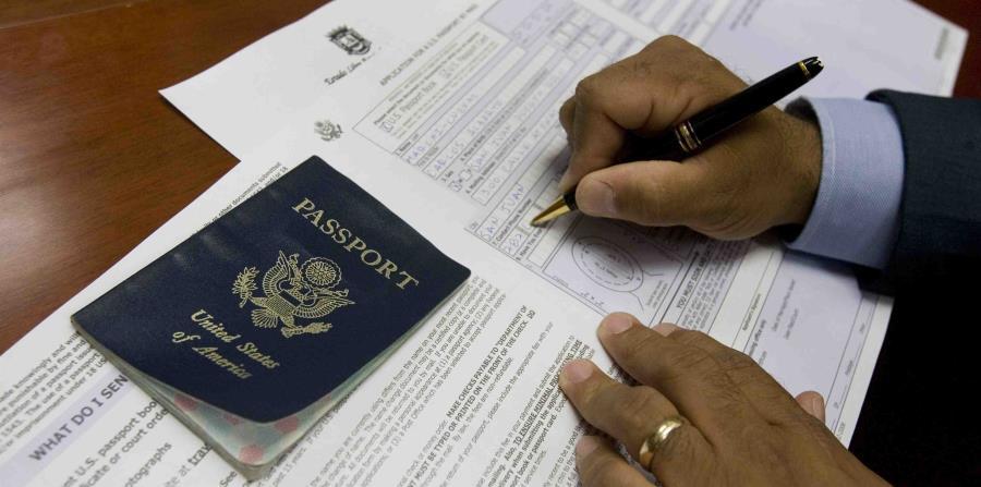 Un ciudadano llena sus documentos de viaje y muestra su pasaporte de los Estados Unidos. (GFR Media) (horizontal-x3)