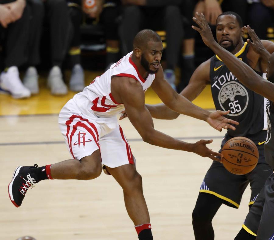 En las pasadas dos victorias de los Rockets en esta serie, Chris Paul (con el balón)  medió 23.5 puntos. (EFE / John G. Mabanglo) (semisquare-x3)