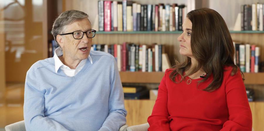 el cofundador de Microsoft Bill Gates y su esposa, Melinda, participan en una entrevista con The Associated Press en Kirkland, Washington. (horizontal-x3)