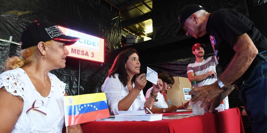Francisco Martín (en la foto) fue uno de los que llegó hasta el centro de votación en Guaynabo, donde recibió orientación sobre el proceso para ejercer su voto. (horizontal-x3)