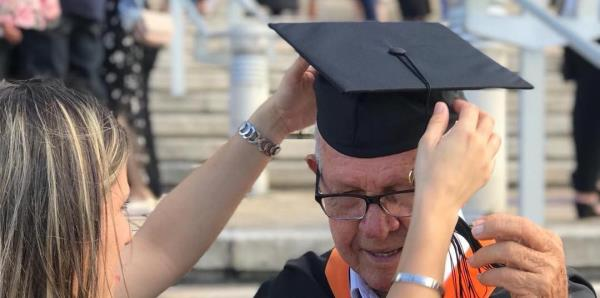 A los 78 años cumple el sueño de su vida de convertirse en ingeniero