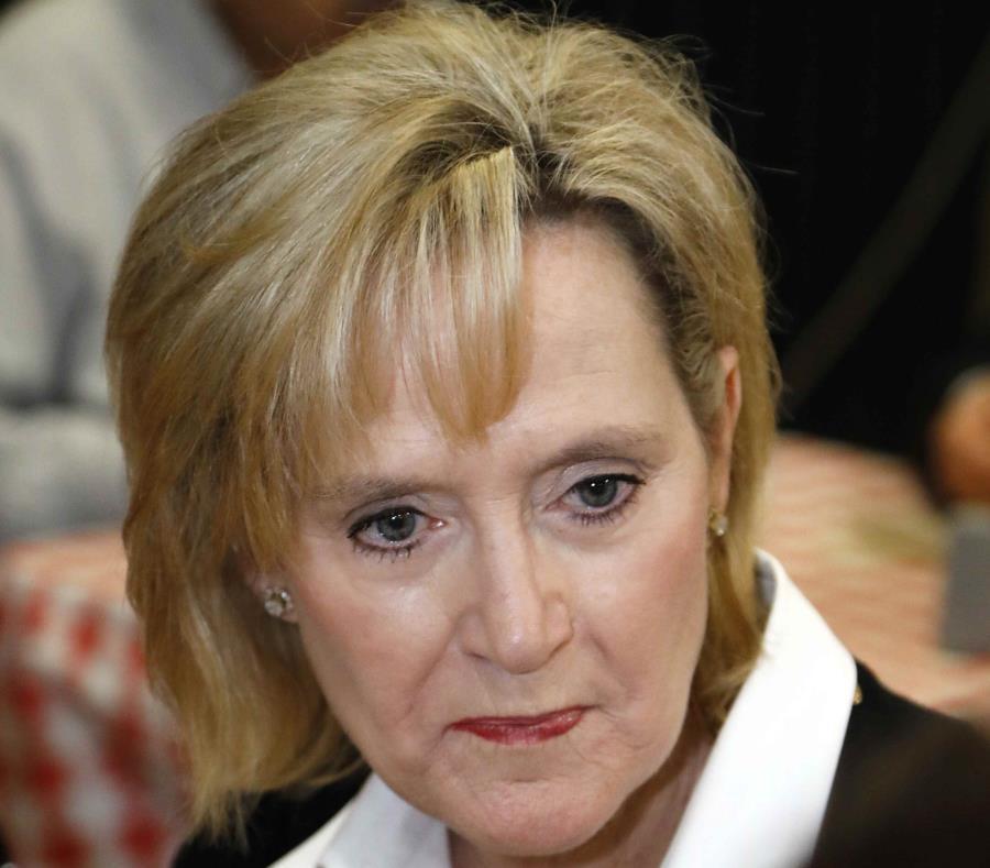 La senadora Cindy Hyde-Smith (semisquare-x3)
