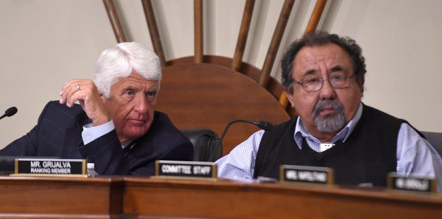 Raúl Grijalva, en primer plano, es el portavoz demócrata en el Comité de Recursos Naturales de la Cámara baja, que preside Rob Bishop, a la izquierda. (GFR Media) (horizontal-x3)