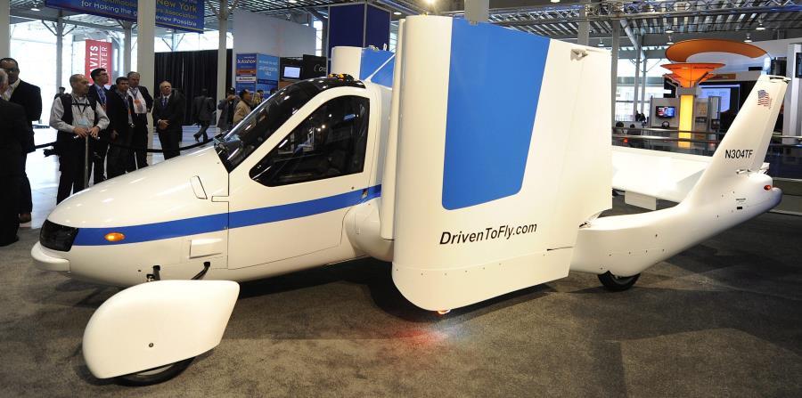 El modelo de aeroplano Transition, de la marca Terrafugia, homologado para circular por calles y carreteras, es presentado durante una conferencia de prensa en el centro Javits de Nueva York. (EFE) (horizontal-x3)