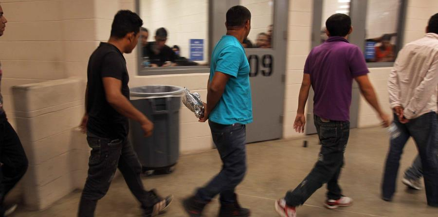 Inmigrantes son procesados dentro de una estación de la Patrulla Fronteriza de McAllen, Texas . (EFE) (horizontal-x3)