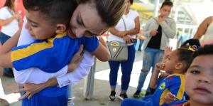 Kany García entrega regalos en su pueblo natal