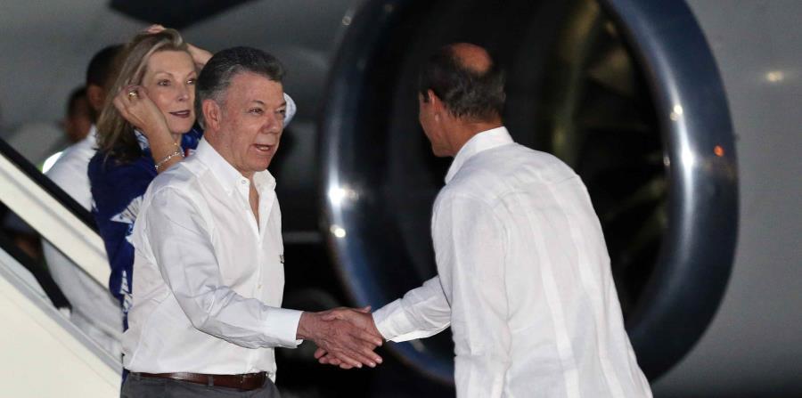 El presidente de Colombia, Juan Manuel Santos, acompañado de su esposa, María Clemencia Rodríguez de Santos, saludan al viceministro cubano de Relaciones Exteriores, Rogelio Sierra, a su llegada a Cuba. (horizontal-x3)