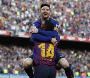 Messi marca un doblete en el derbi catalán