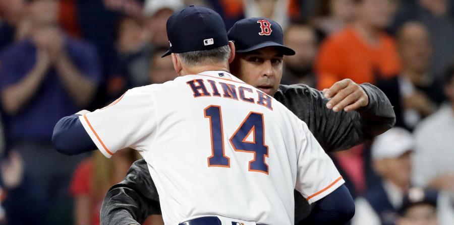 El dirigente de los Medias Rojas de Boston, Alex Cora, abraza a quien fue su jefe el año pasado, el mánager de los Astros de Houston, A.J. Hinch. (AP) (horizontal-x3)