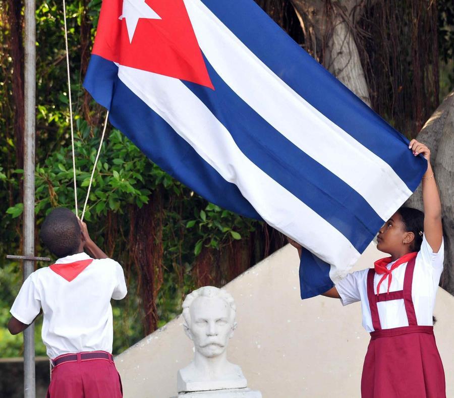 Estudiantes en una escuela en Cuba (semisquare-x3)