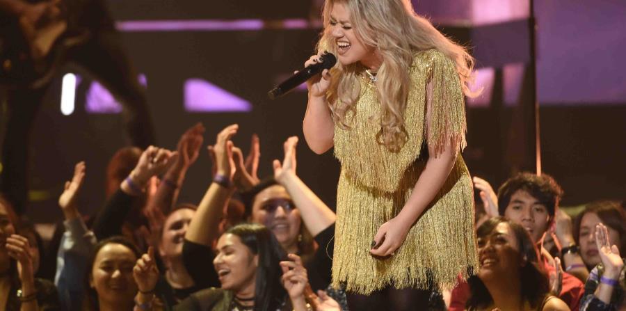 Kelly Clarkson durante su interpretación de