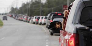 Largas filas por gasolina y suministros en Carolina del Norte