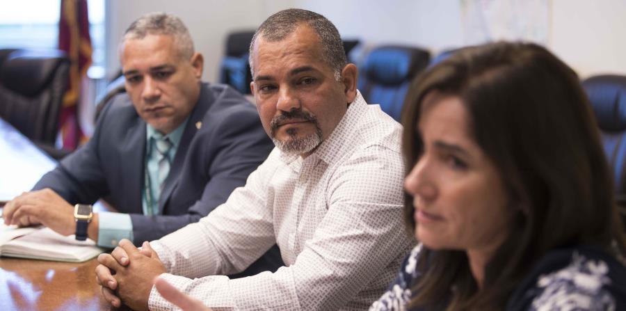 El director regional de Mayagüez, Ismael Aponte (centro), destacó cómo las regiones LEA permitirán que se atiendan las necesidades particulares de la escuelas. (horizontal-x3)