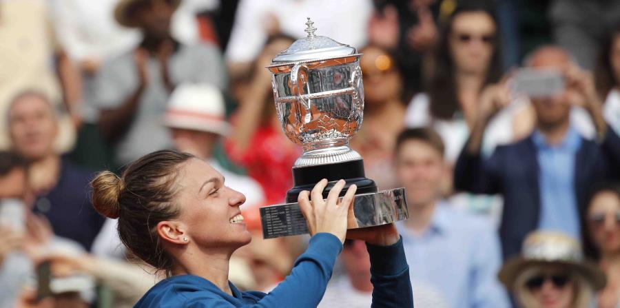 La tenista rumana Simona Halep con su trofeo en mano (horizontal-x3)