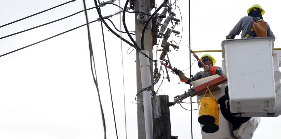 A las 9:00 a.m. de hoy, la AEE informó que 1.3 millones de abonados ya tiene electricidad mientras que 101,553 de clientes carece todavía del servicio. (horizontal-x3)