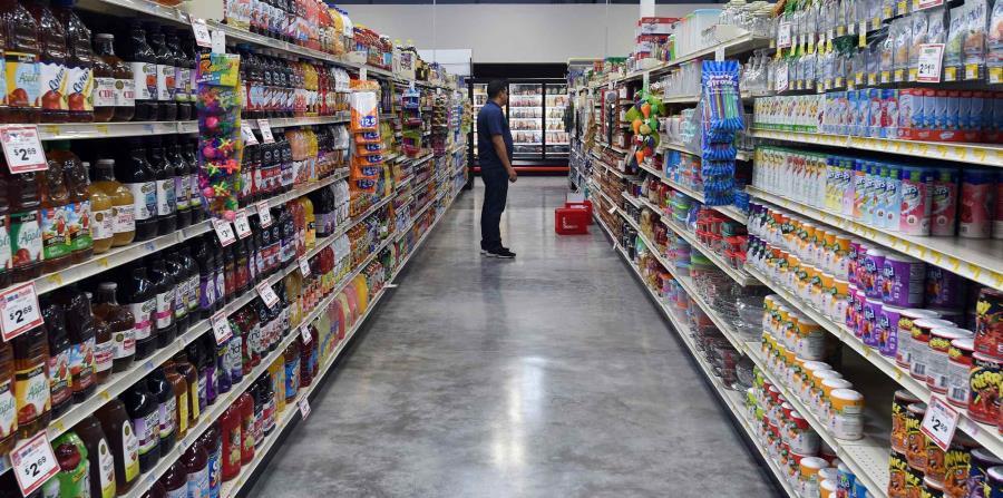 Un hombre observa los estantes en el supermercado. (GFR Media) (horizontal-x3)