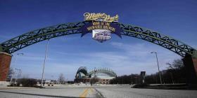 Un hombre causa daños menores al parque de los Brewers de Milwaukee