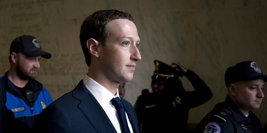 el director general de Facebook, Mark Zuckerberg, sale tras declarar ante el comité de Energía y Comercio de la Cámara de Representantes, en el Capitolio, en Washington (horizontal-x3)